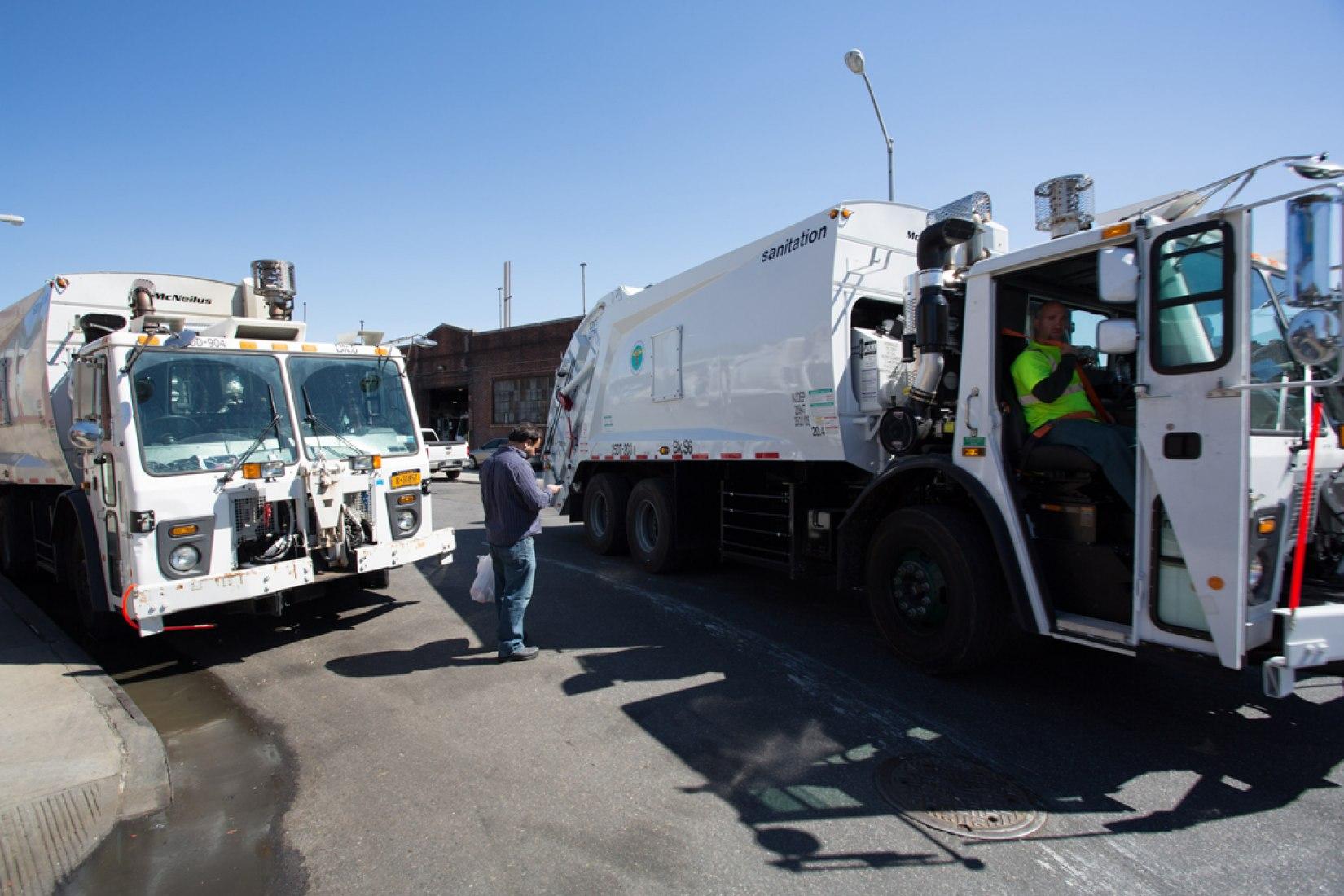 Trabajadores del Departamento de Saneamiento en el trabajo. Robin Nagle dice de los garajes que albergan los camiones: