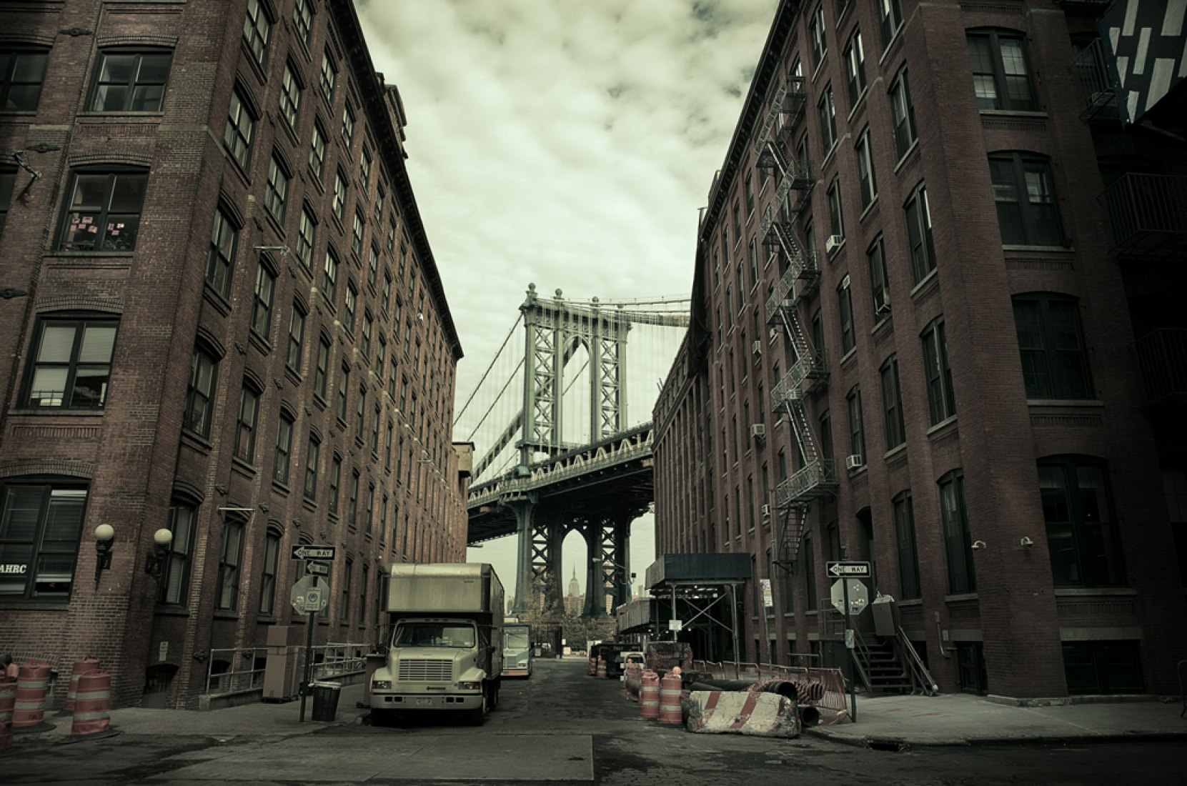 Empire State building and DUMBO (Washington St, Brooklyn 2010). Photography © Simon Gardiner.