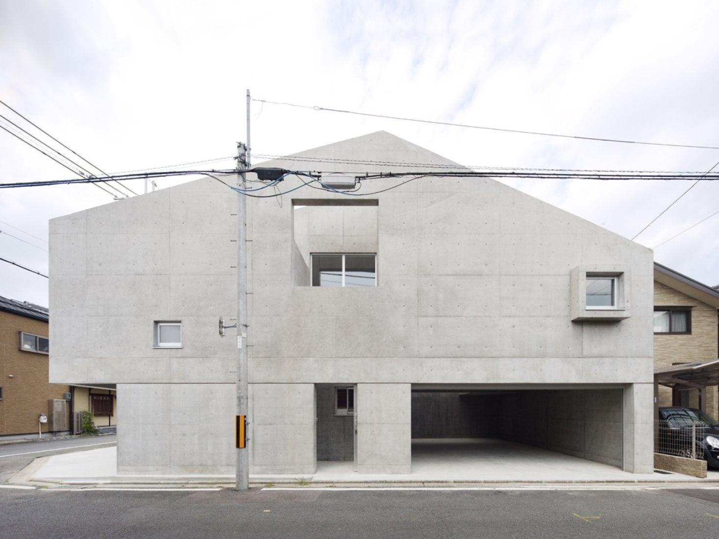 Longitudinal elevation from street. House in Kitaōji by Torafu Architects. Photography © Daici Ano. Courtesy of Torafu Architects.