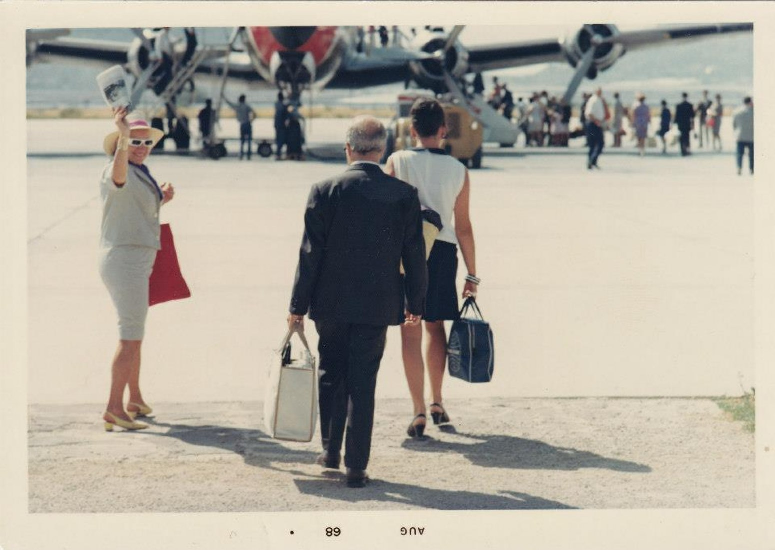 Moncha y Josep Lluís en compañía de su hija, a punto de iniciar uno de sus innumerables viajes.  © Arxiu Josep Lluís Sert, Fundació Miró