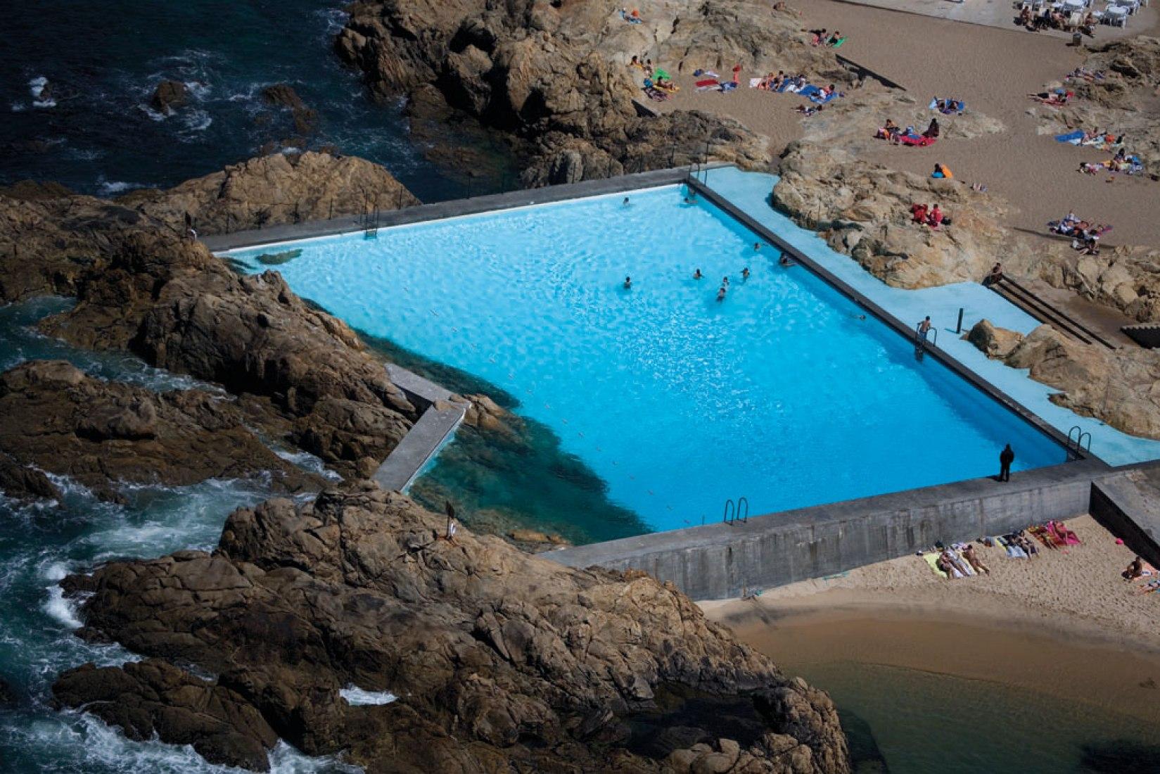 Pools in Leça da Palmeira, Portugal. Photography © FG+SG fotografia de arquitectura. Courtesy of TASCHEN.