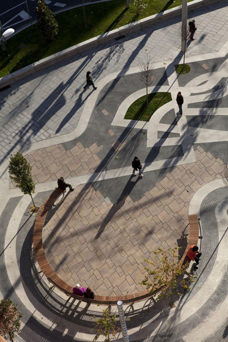 Plaza Ricard Viñes por Benedetta Tagliabue - EMBT. Fotografía por Alex Gaultier