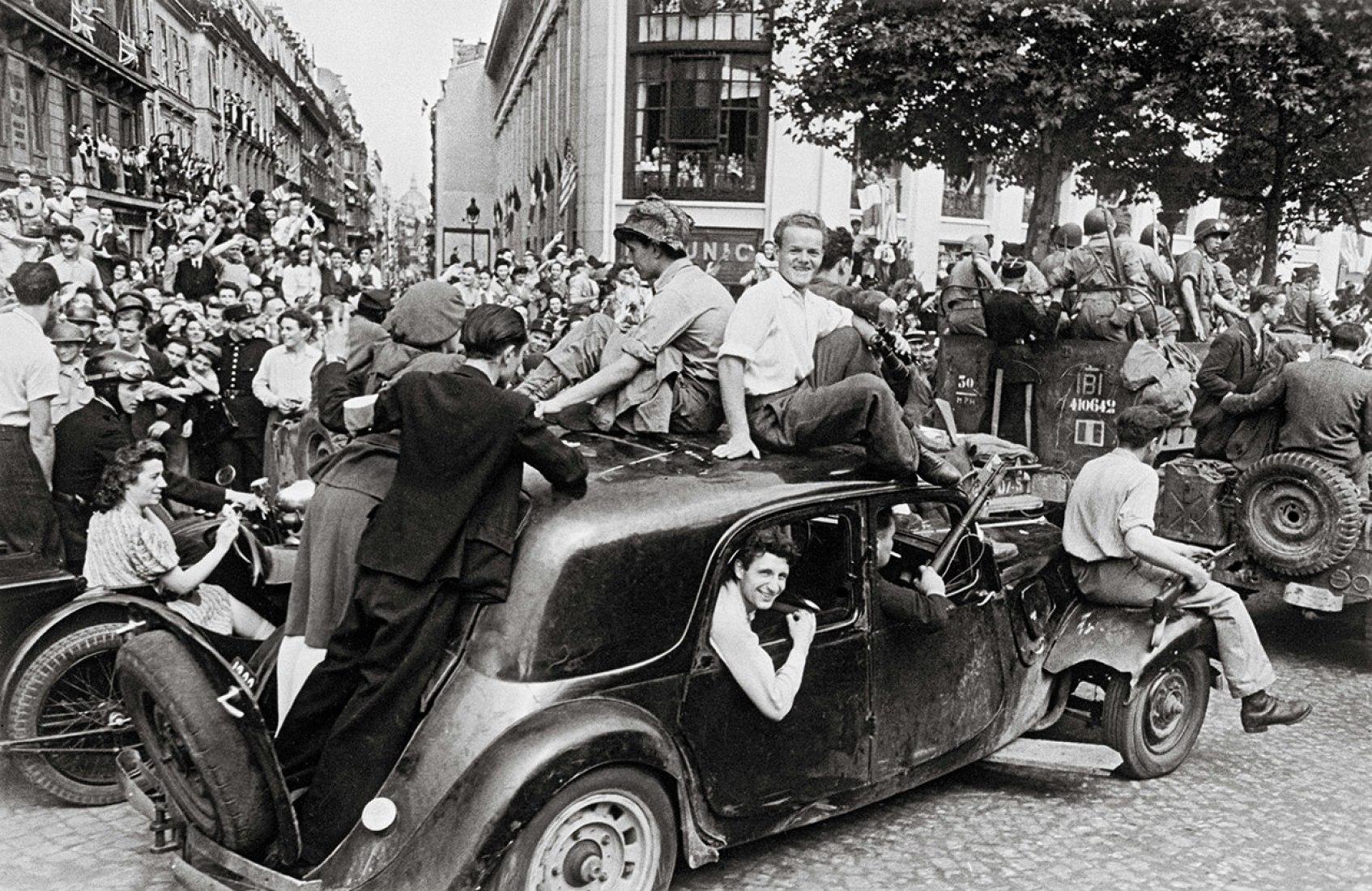 La alegría de la victoria, 26 de agosto de 1944 por Robert Capa. Fotografía © Robert Capa/International Center of Photography, Magnum Photos. Cortesía de La Fábrica.