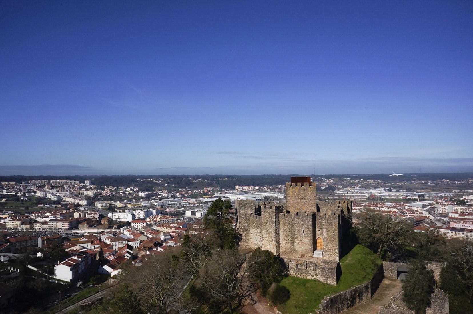 Vista aérea. Centro de visitantes del Castillo Pombal por Comoco Arquitectos. Fotografía © FG+SG – Fotografia de Arquitectura.