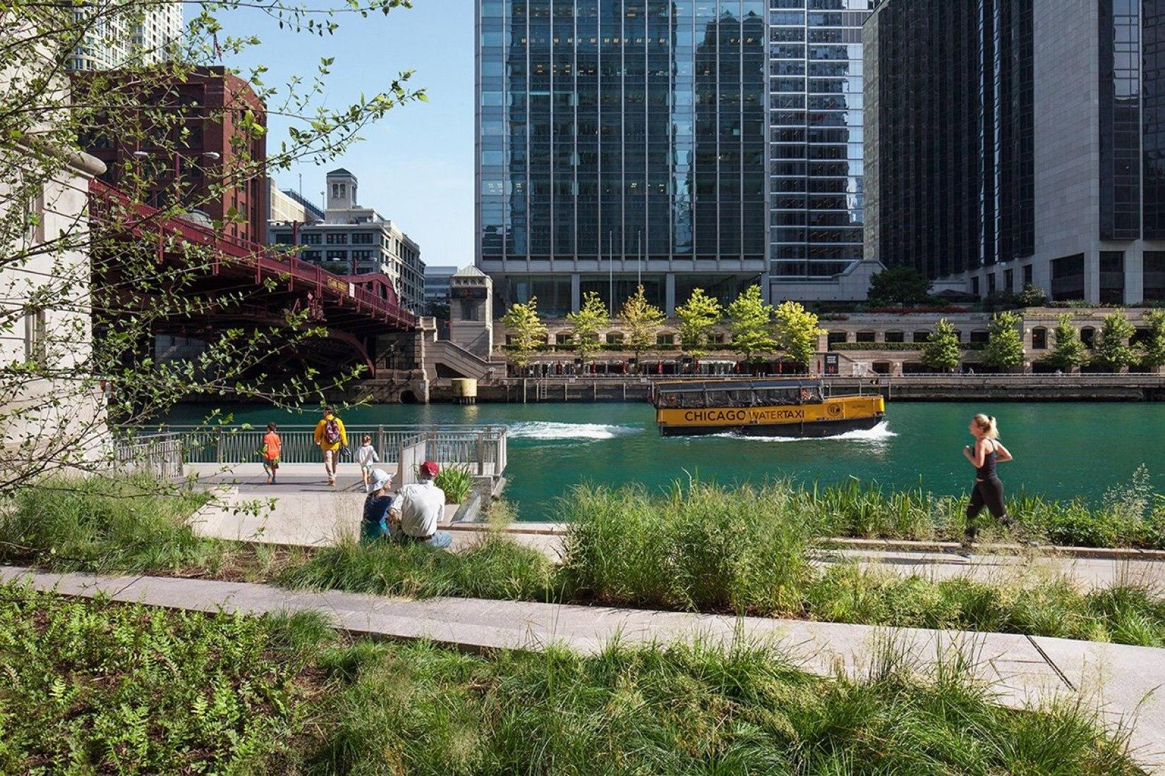 Chicago Riverwalk by Chicago Department of Transportation, Ross Barney Architects. Collaborative Partners.- Sasaki Associates, Jacobs Ryan Associates, Alfred Benesch & Company. Photograph © Kate Joyce Studios
