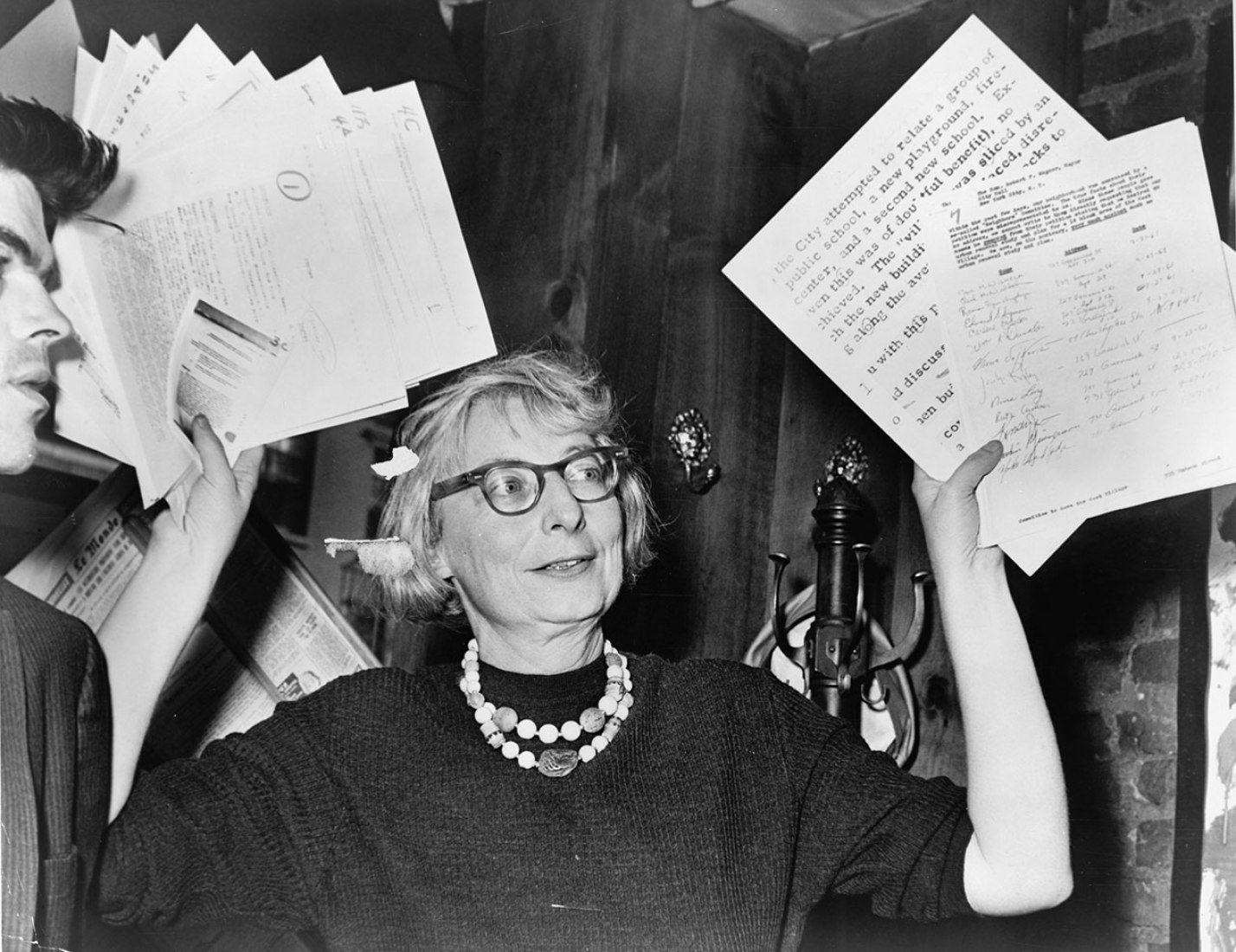 Jane Jacobs en 1961. Fotografía © Phil Stanziola. Imagen cortesía de la Biblioteca del Congreso de los EEUU.