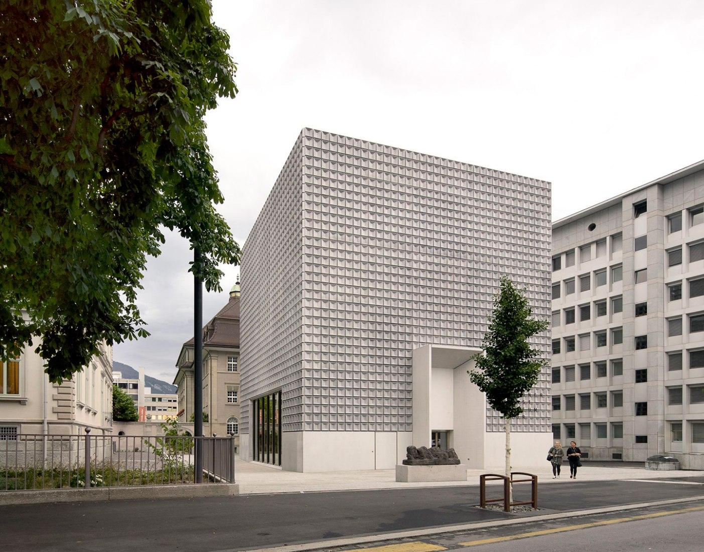 Vista exterior. Bündner Kunstmuseum por Barozzi&Veiga. Fotografía © Simon Menges.