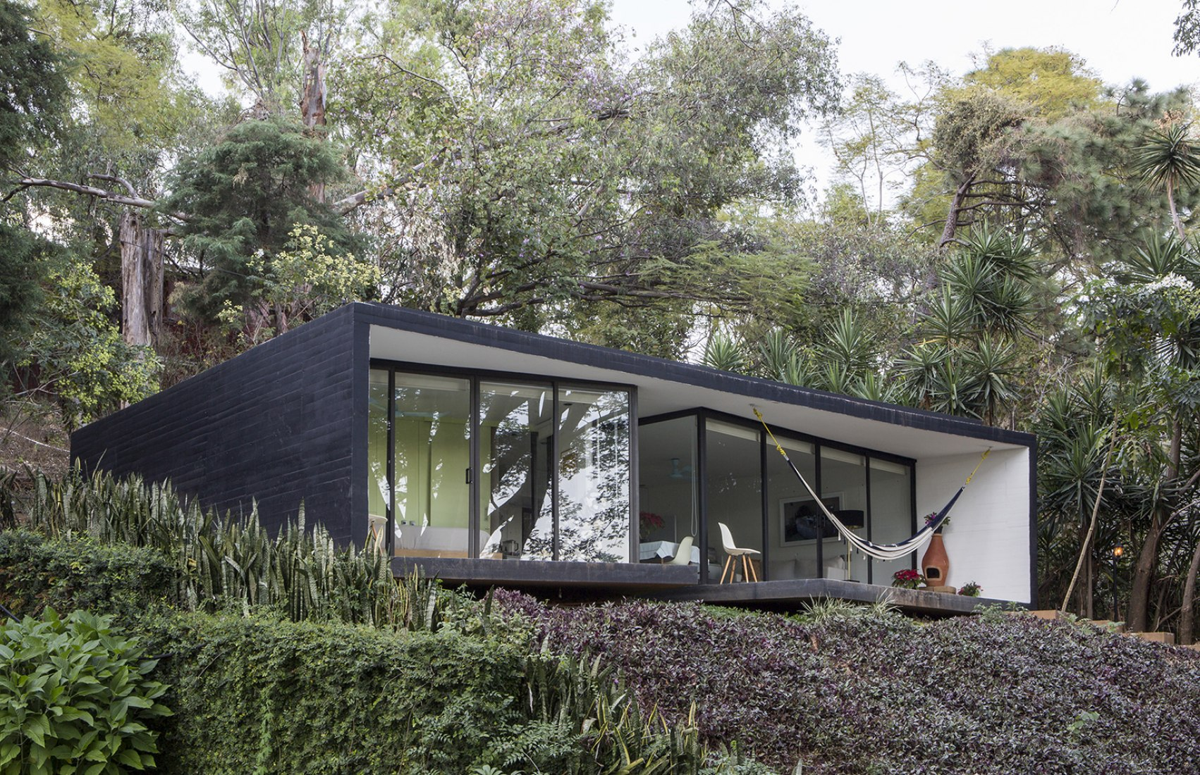 Exterior view. Tepoztlán Lounge by Cadaval & Solà-Morales. Photography © Diego Berruecos.
