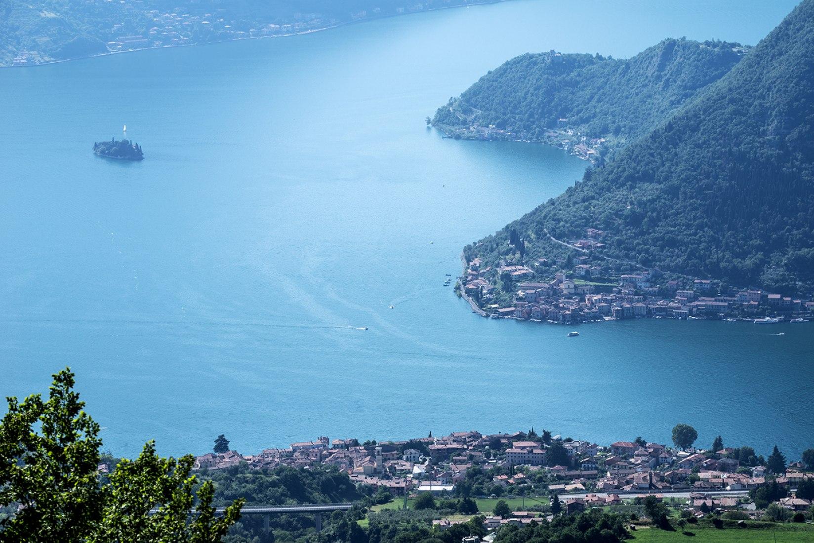 Lago Iseo con la ciudad de Sulzano en el primer plano, la isla de Monte Isola de la derecha y la isla de San Pablo de la izquierda. Imagen © Wolfgang Volz.