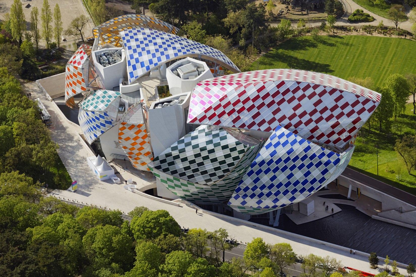 "Daniel Buren, ""Observatorio de la Luz"", obra in situ, Fundación Louis Vuitton, Paris, 2016. Fotografía © Philippe Guignard / DB-ADAGP Paris / Air Images. Cortesía de la Fundación Louis Vuitton"