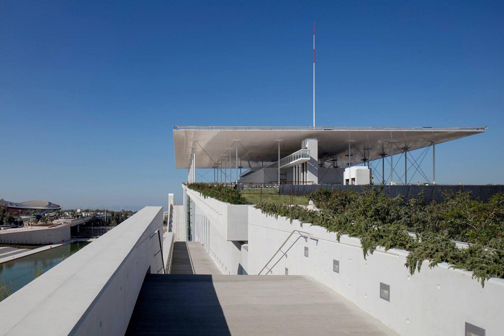 Vista exterior del Agora. Centro Cultural Fundación Stavros Niarchos por Renzo Piano. Fotografía © Michel Denancé, cortesía de Renzo Piano y Fundación Stavros Niarchos.