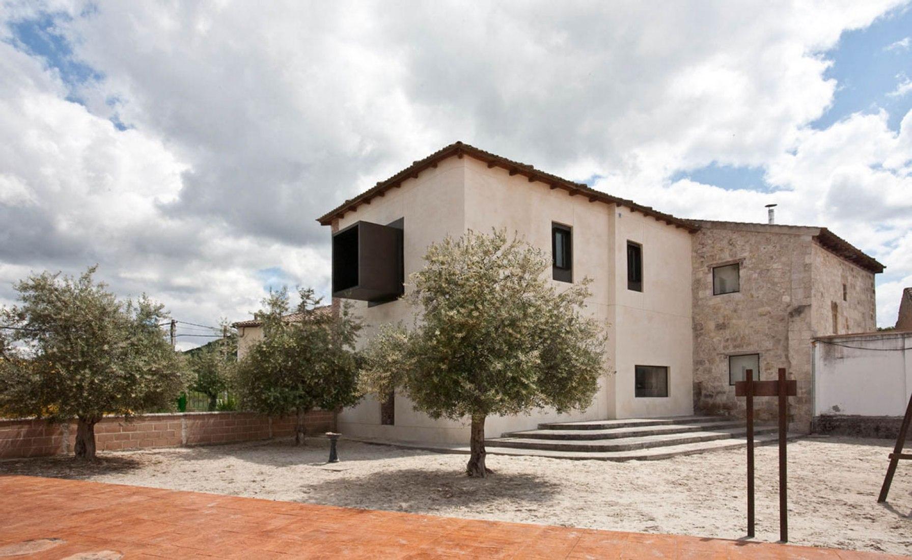 Vista exterior. Rehabilitación del ayuntamiento de Traspinedo por Óscar Miguel Ares Álvarez. Fotografía © Óscar Miguel Ares Álvarez.