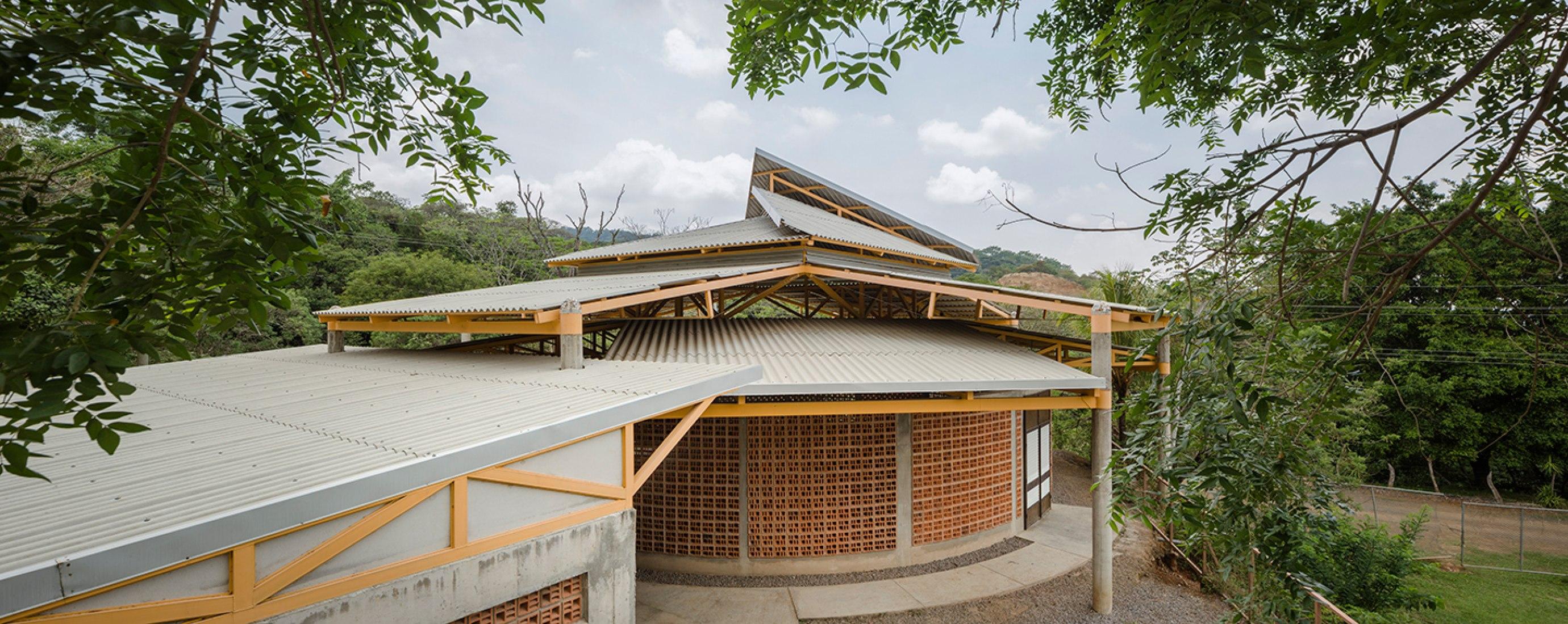 Vista exterior. Centro comunitario en El Rodeo de Mora por Fournier Rojas Arquitectos. Fotografía © Fernando Alda.