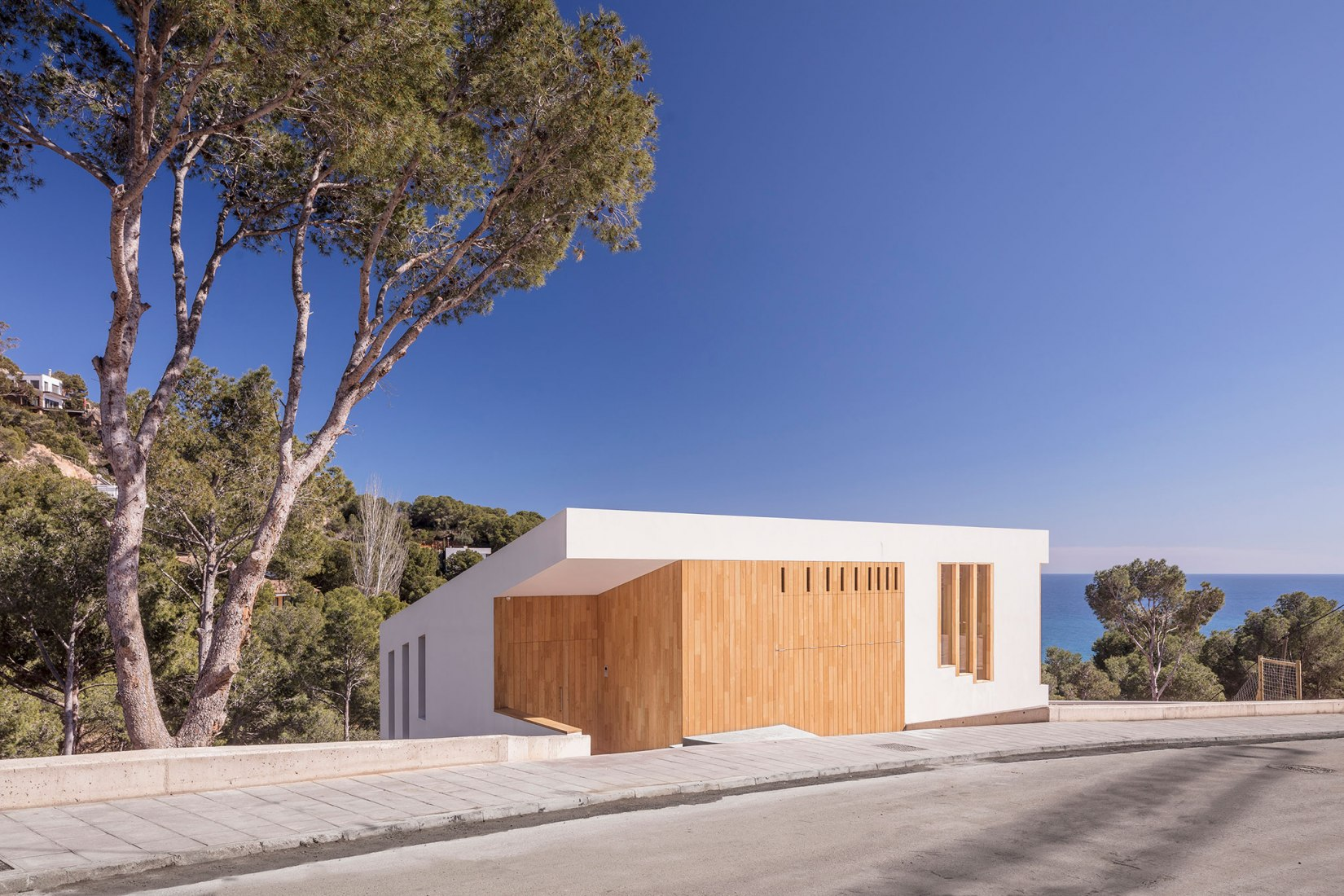 Casa Tamariu por 05AM Arquitectura. Fotografía por Adrià Goula.