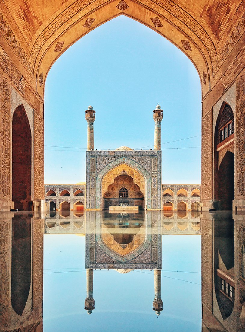 """KuangLong Zhang, China.  2do Premio – Arquitectura.  Jameh Mosque of Isfahan. """"Esta es una de las mezquitas más antiguas de Irán y es el resultado de continuas construcciones, reconstrucciones, adiciones y renovaciones en el lugar desde aproximadamente 771 a. C. hasta fines del siglo XX.""""  Lugar: Ispahan, Iran. Toma realizada con un iPhone 7"""