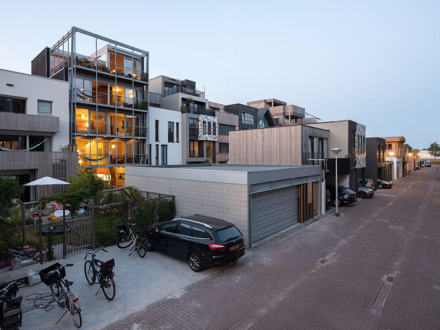 Casa para 3 generaciones por BETA. Fotografía por Ossip van Duivenbode.