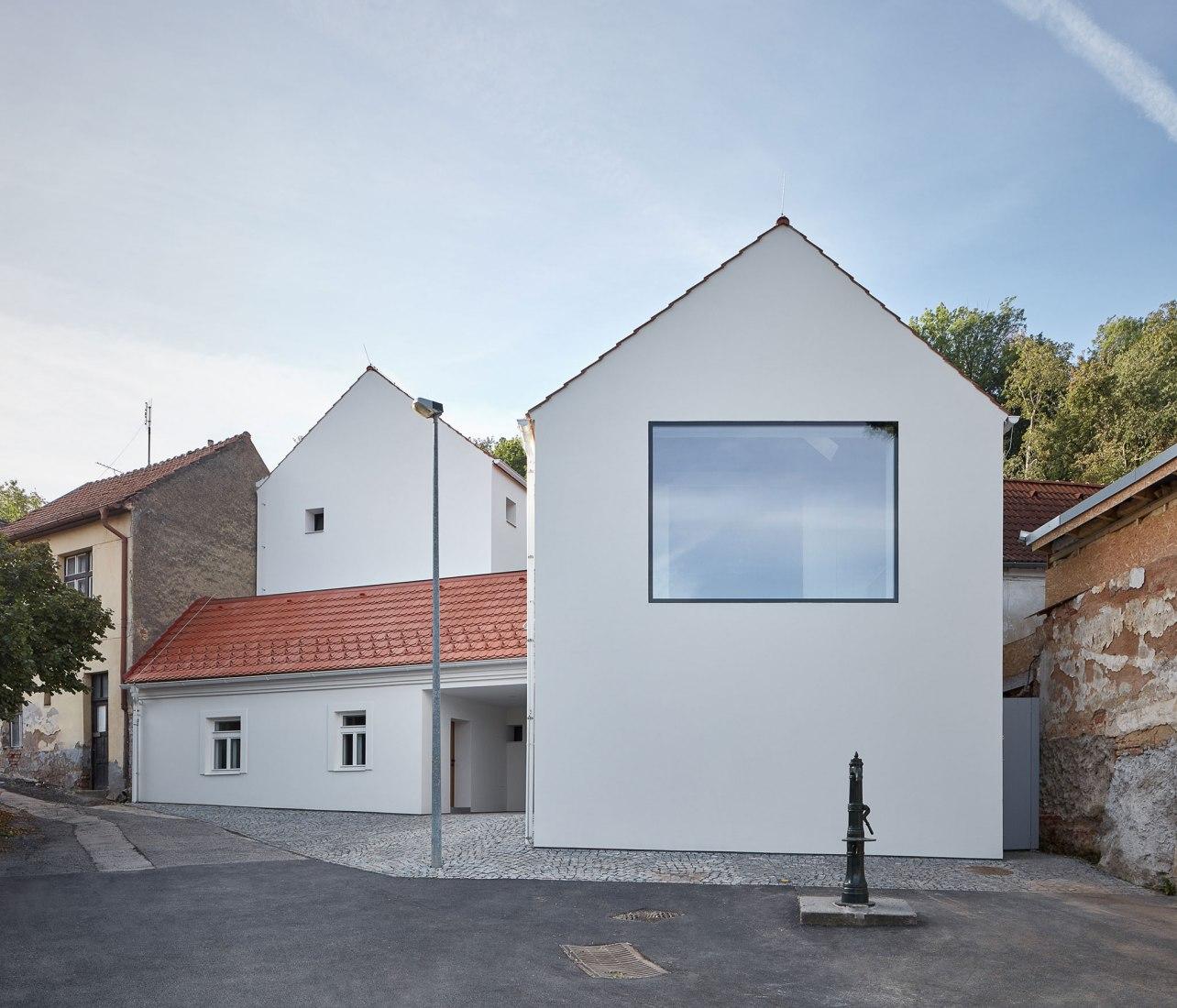 Casa unifamiliar en Jinonice por Atelier 111 arquitectos. Fotografia por BoysPlayNice / Jakub Skokan, Martin Tuma