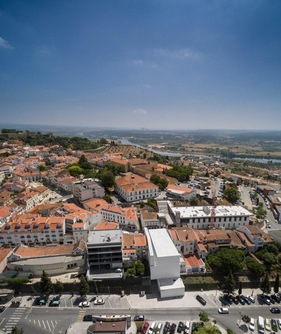 Vista aérea. Mercado Municipal de Abrantes por ARX Portugal. Fotografía © Fernando + Sergio Guerra