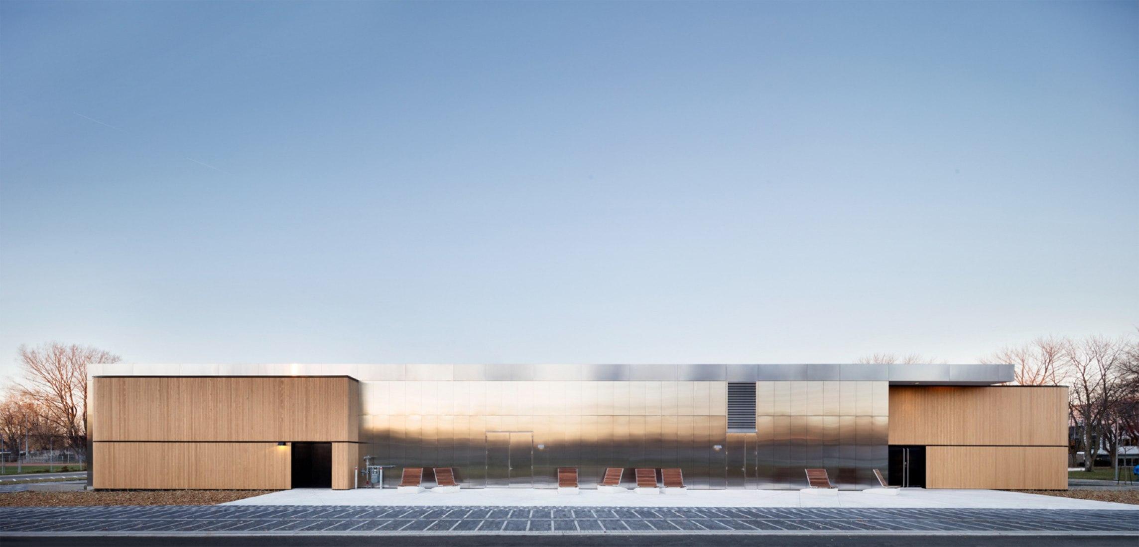 Centro de Arte Diane-Dufresne por ACDF Architecture. Vista de la fachada secundaria por la mañana. Fotografía © Adrien Williams.