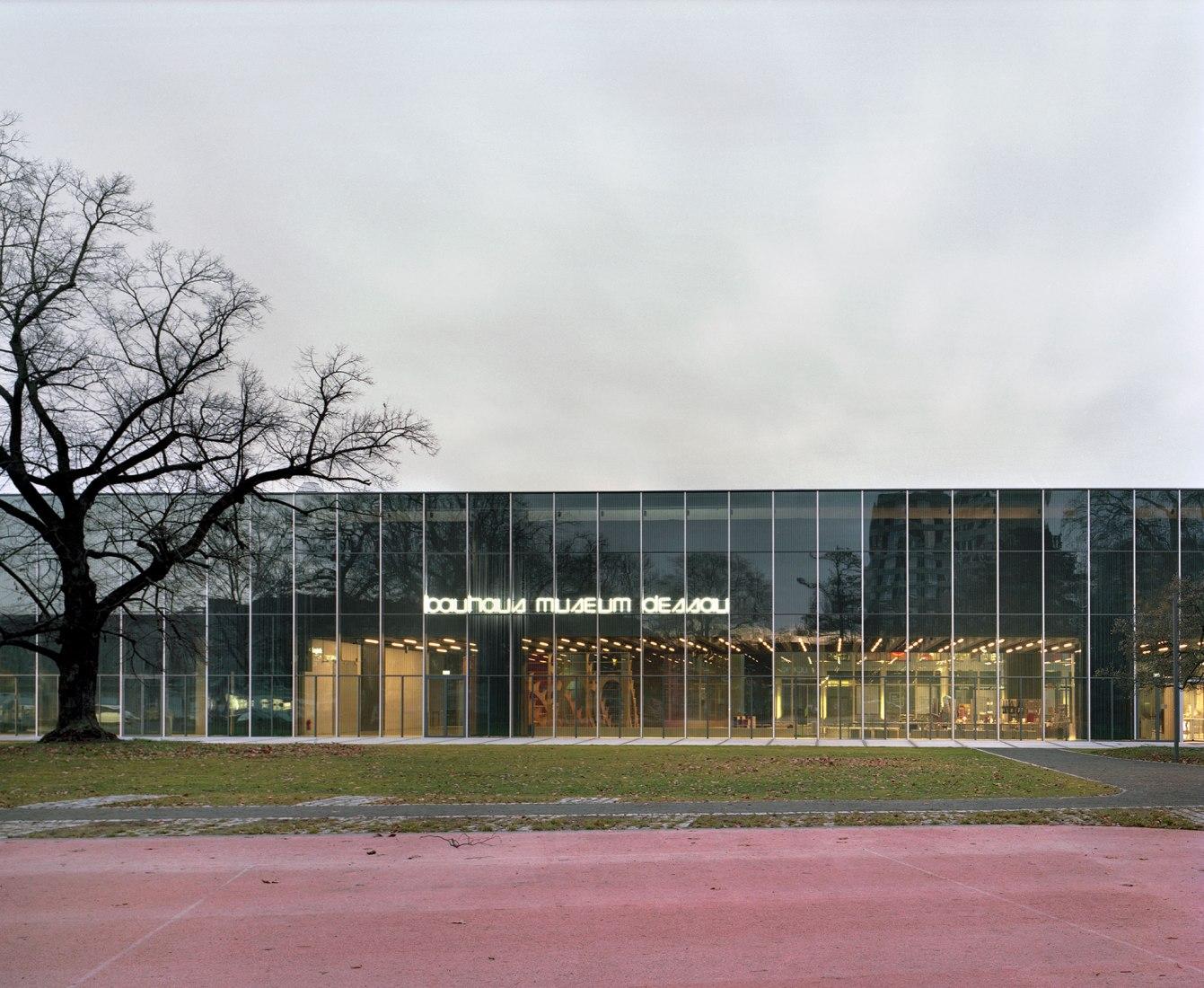 Bauhaus Museum Dessau por Addenda Architects. Fotografía por Maxime Delvaux.