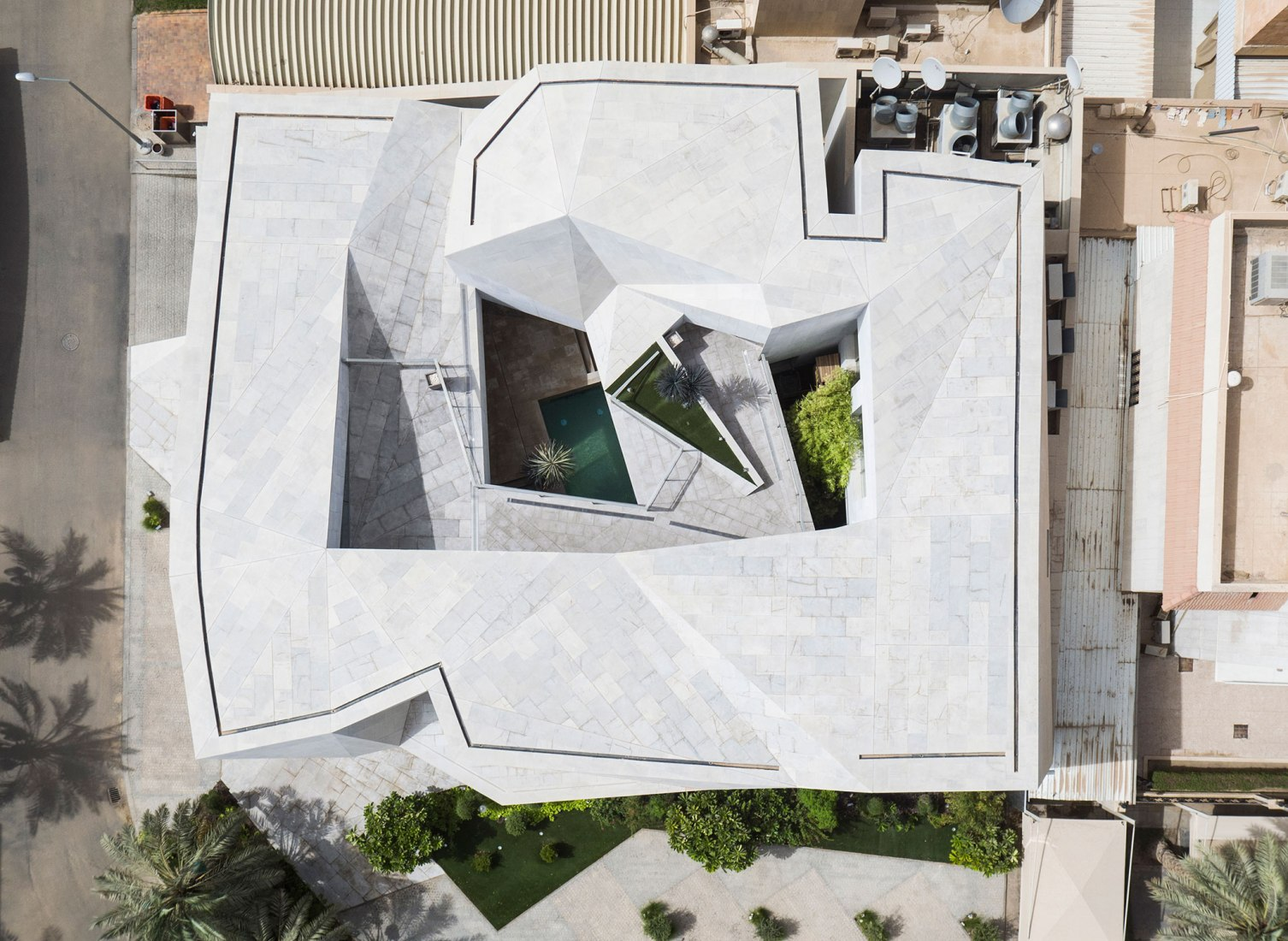 A House Vs Rock Rock House By Agi Architects The Strength Of - The-contemporary-black-and-white-house-by-agi-architects