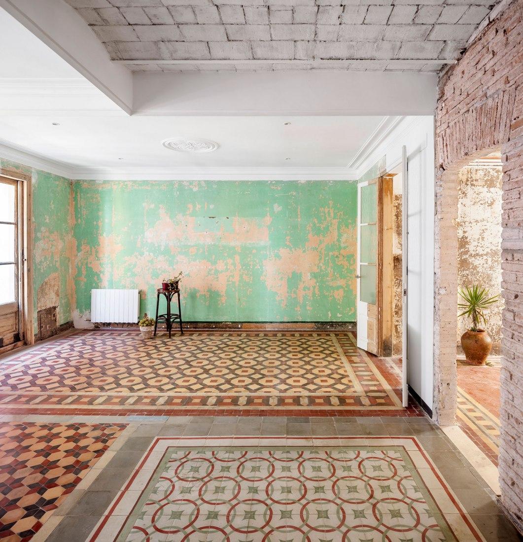 Rehabilitación de 8 viviendas por Agora Arquitectura. Fotografía por Adrià Goulà