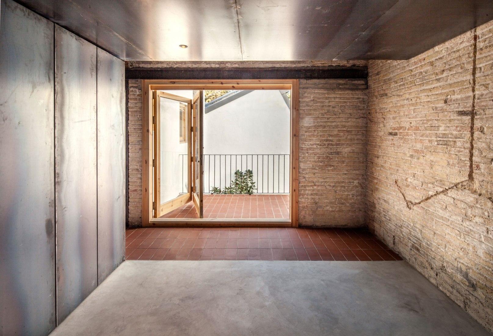 Patio interior. Casa Tubella por ÁGORA Arquitectura. Fotografía por Joan Casalspañella