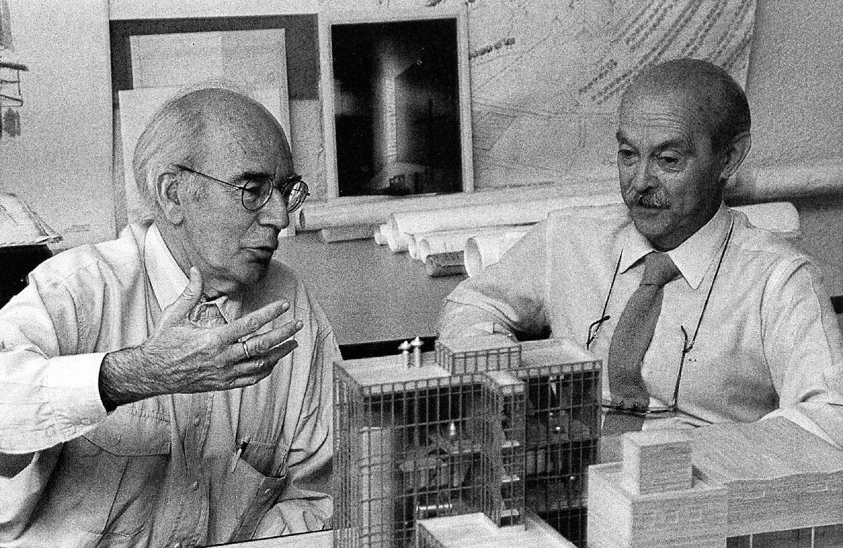Genaro Alas (derecha) y Pedro Casariego en su estudio. Fotografía por D.R.