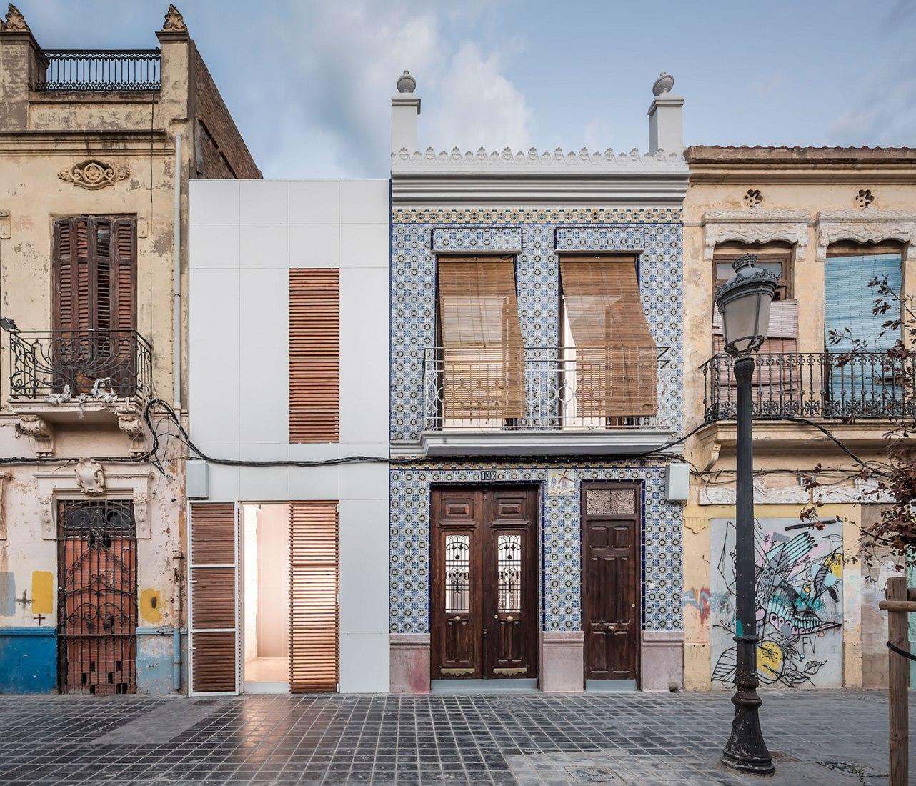 Casa-Taller en el Cabanyal por Estudio Alberto Burgos y Teresa Carrau Carbonell. Fotografía por German Cabo