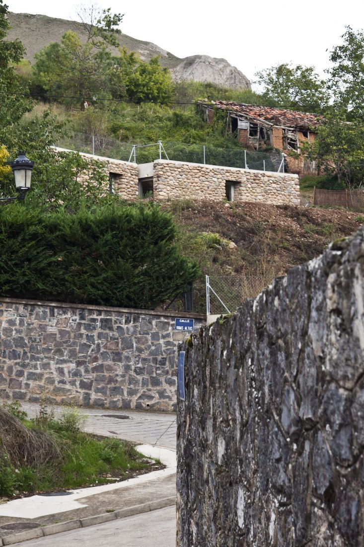 Refugio entre muros por Alegría Zorrilla y Claudia Olalla. Fotografía por Ojo Vivo foto.