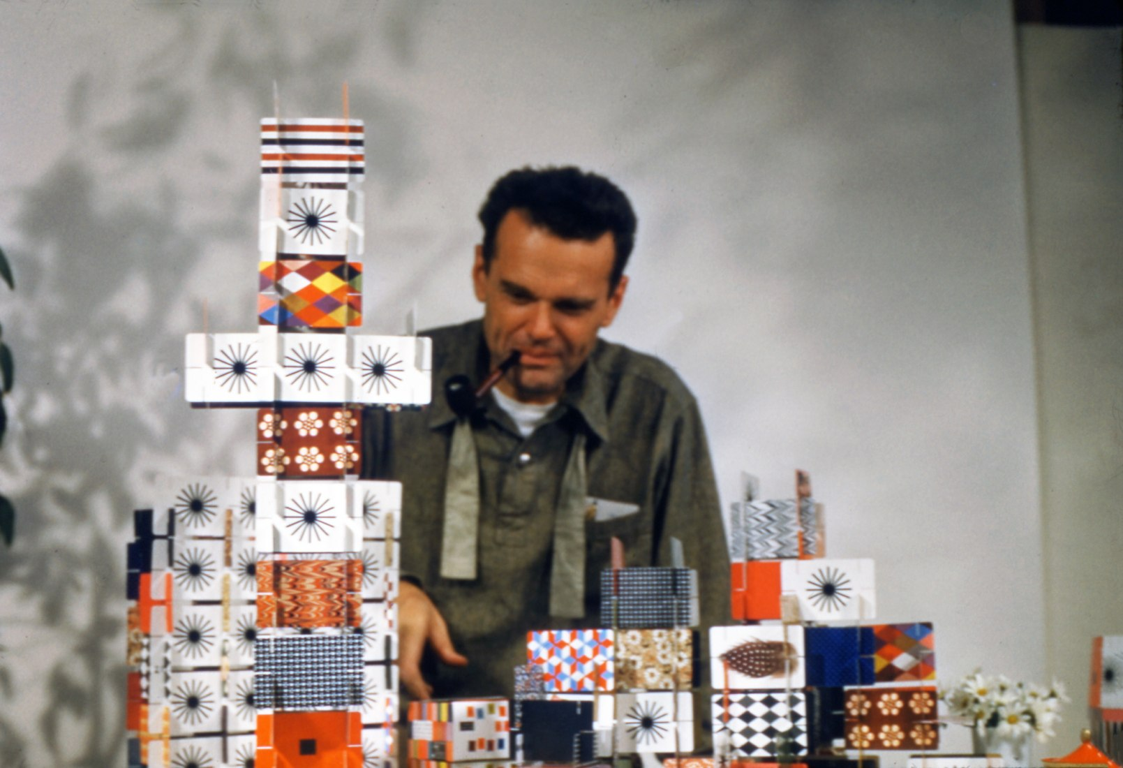 Charles Eames playing with the »House of Cards«, Pattern Deck, 1952. Photograph © Eames Office LLC. Image courtesy of Vitra.