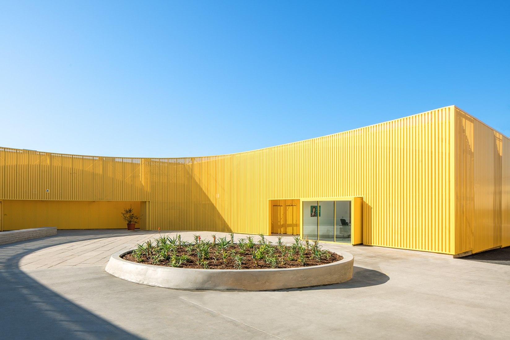 Vista del patio. Escuela de Secundaria Animo South Los Angeles por Brooks + Scarpa. Cortesía de Brooks + Scarpa