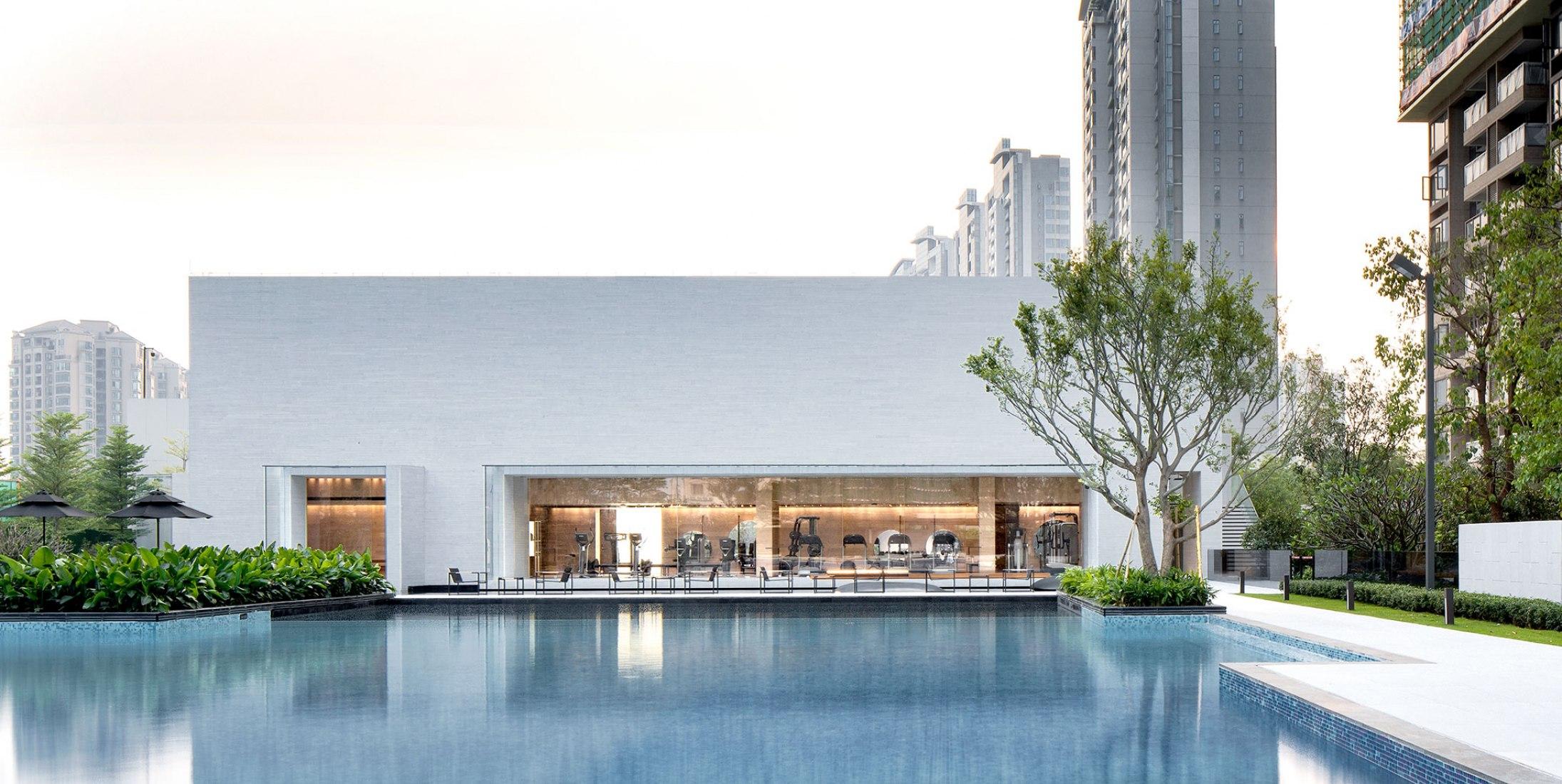 Exterior, piscina. Sky Club House por DOMANI. Fotografía © Shaon