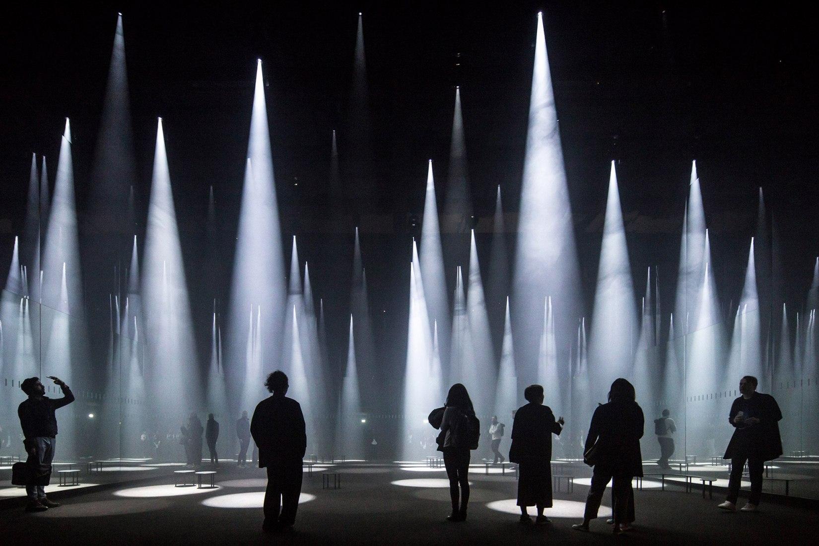 Edificios en uso. La fotografía de Laurian Ghinitoiu es finalista por su toma de la instalación Bosque de Luz de Sou Fujimoto que fue creada para la marca de ropa COS en la semana del diseño de Milán de este año.