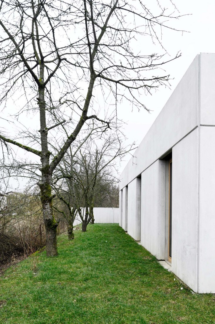 House for a ceramic designer by Arhitektura. Photograph by Miran Kambič