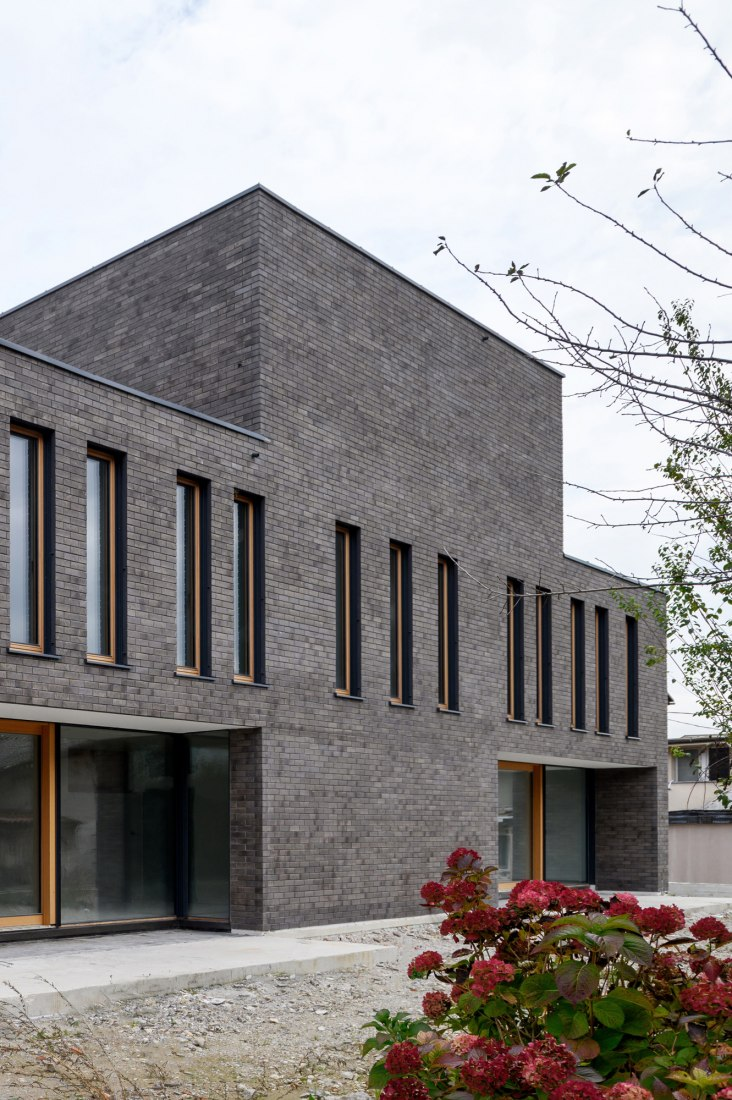La casa de ladrillo doble por Arhitektura. Fotografía por Miran Kambič