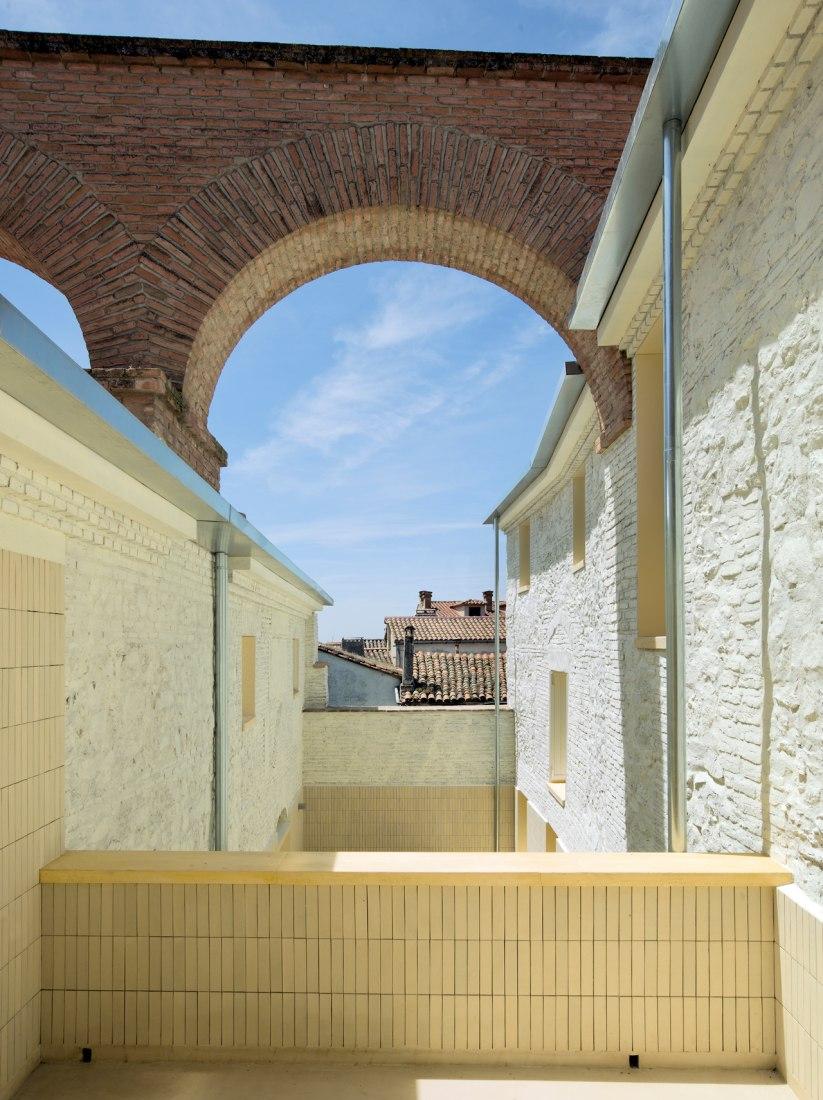 """Premio. Categoría de Arquitectura. """"DosViviendas en Oropesa"""" de Paredes Pedrosa Arquitectos. Fotografía © Luis Asín"""