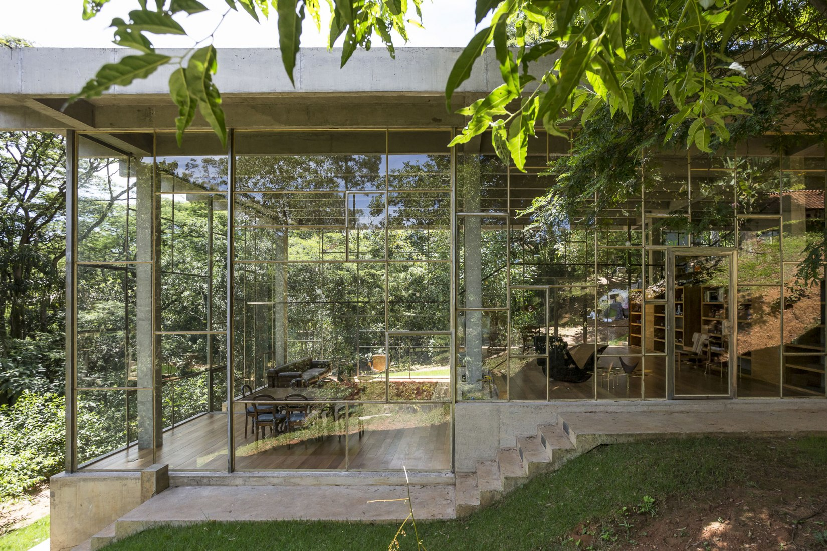 Library house in the vinhedo forest by  Atelier Branco. Photograph by Ricardo Bassetti.