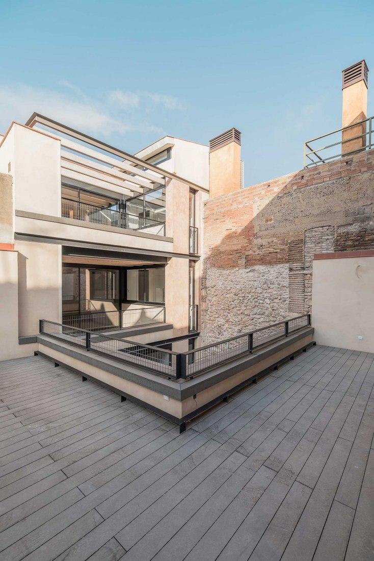 Proyecto de rehabilitación de un edificio plurifamiliar de 8 viviendas por AVLarquitectura y Antoni Bou Arquitectes. Fotografía por Jerome Rens