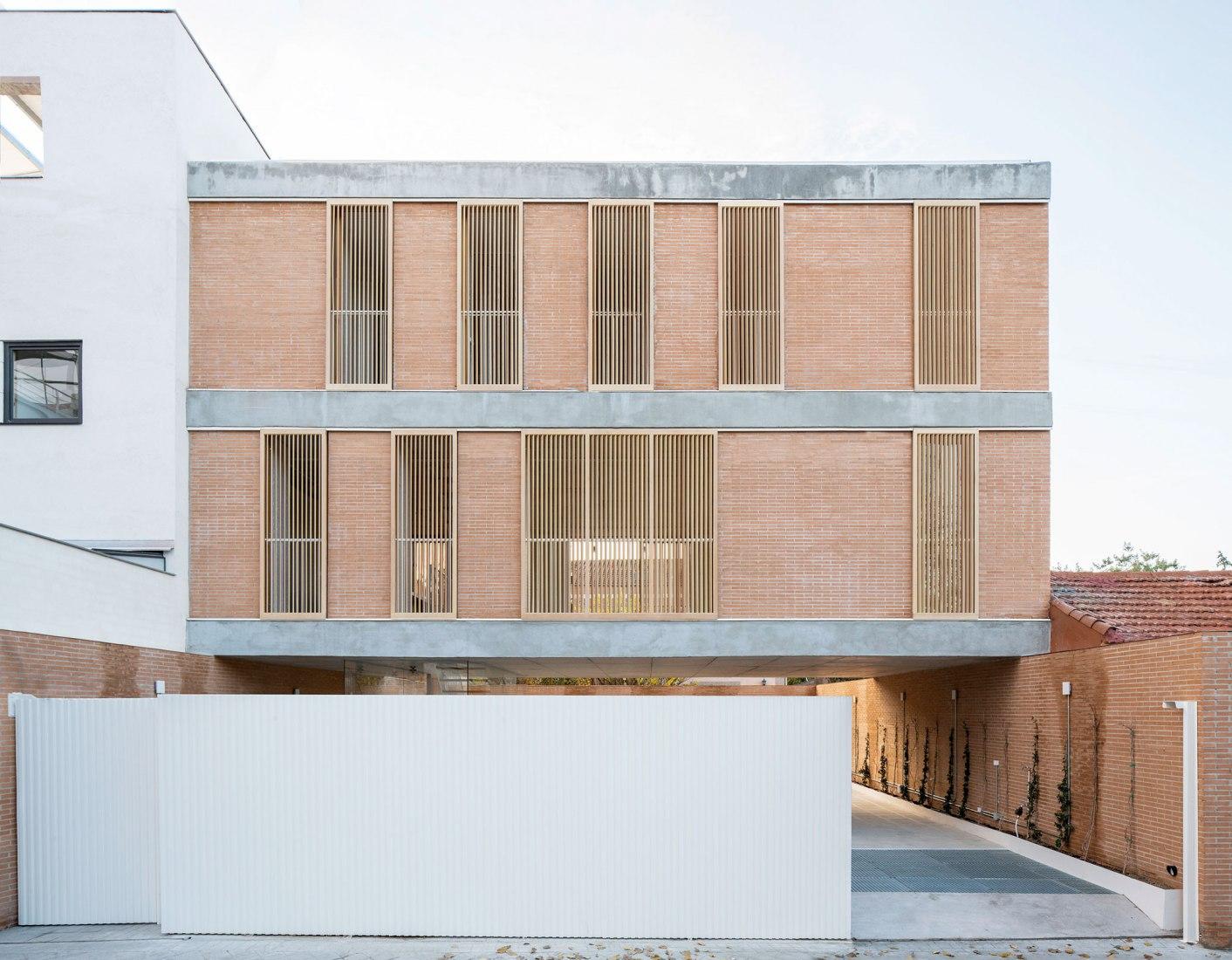 Casa sobre un patio por Ayllón, Paradela, De Andrés. Fotografía por Miguel Fernández-Galiano Rodriguez