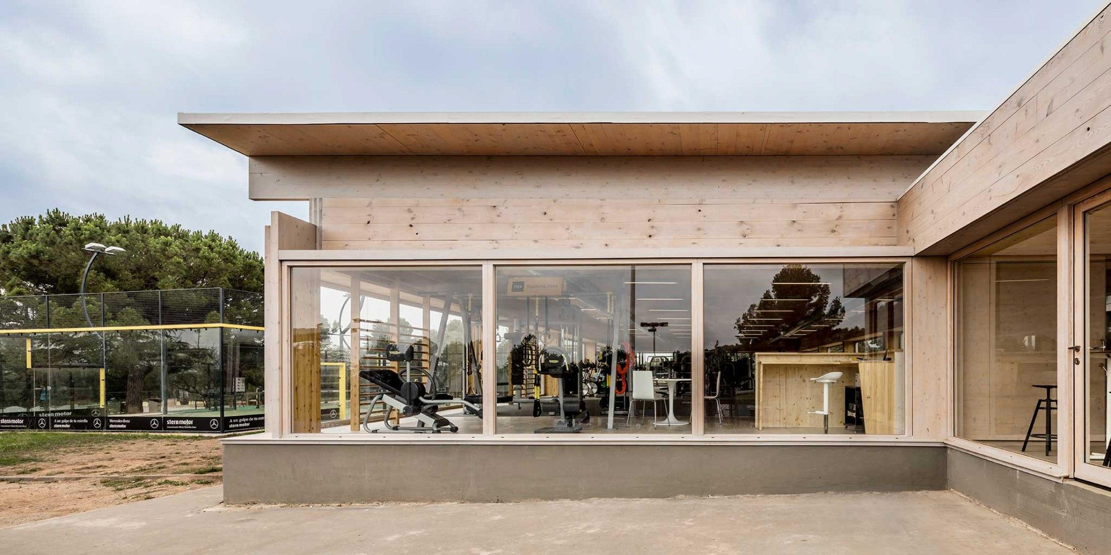 Nuevo Edificio Anexo Gimnasio-Sala De Fitness ATHC por BAMMP Arquitectos y XVArquitectura. Fotografía por Adrià Goula