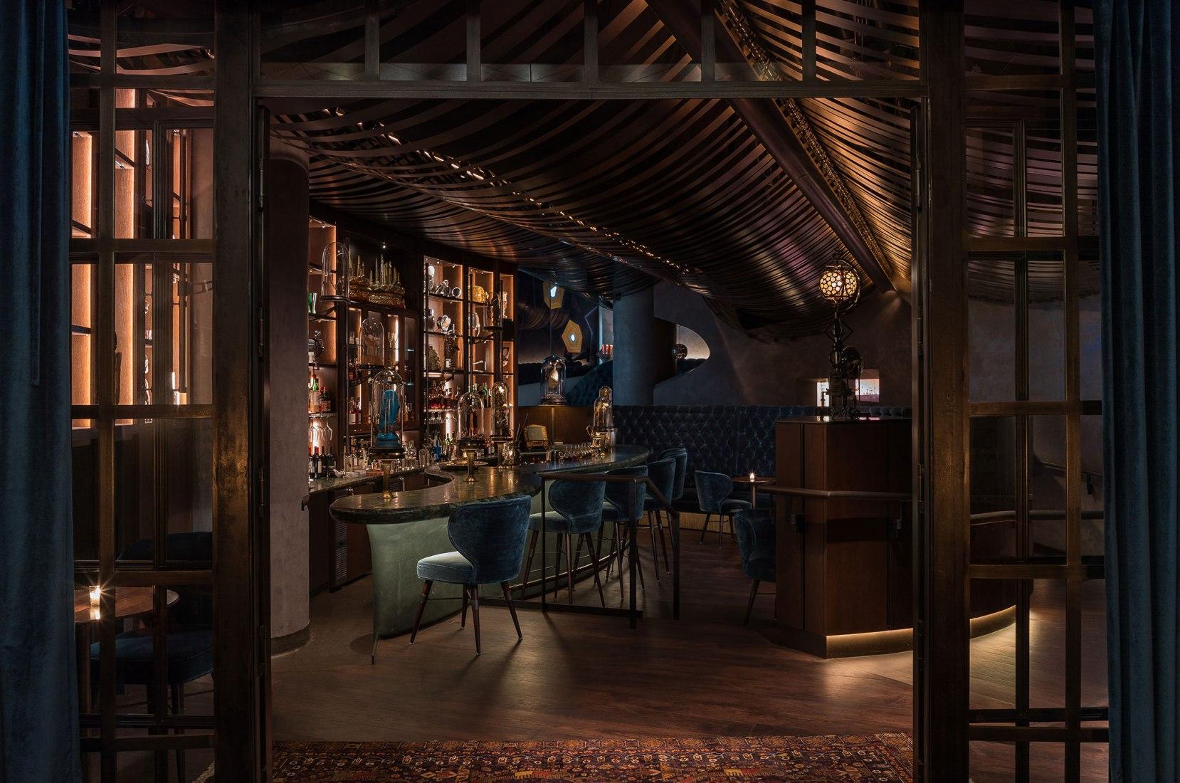 Un nuevo bar llamado Deep Dive por Graham Baba Architects. Fotografía por Haris Kenjar.