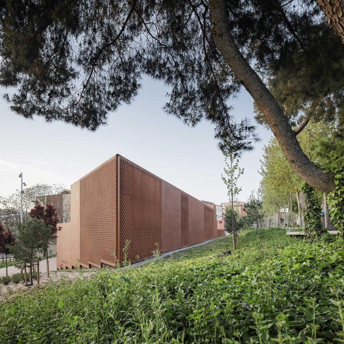 Casal Trinitat Nova por Bayona-Valero Arquitectos asociados y Cantallops-Vicente Arquitectos. Fotografía por Jordi Surroca y Gael del Río