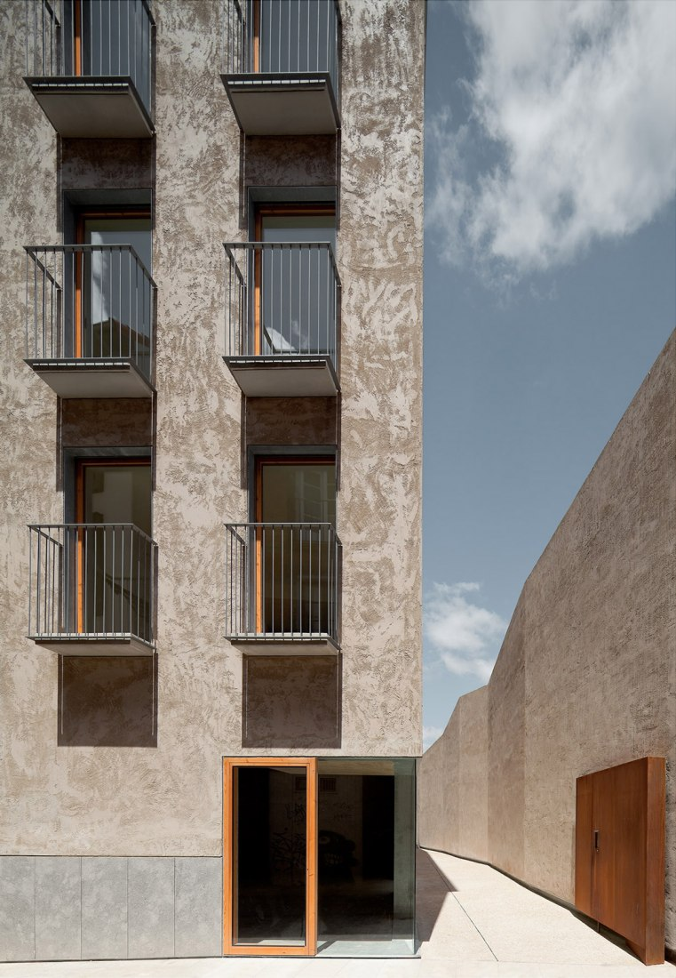 Outside view of the housing in the Historic Center of Pamplona by Pereda | Pérez | Arquitectos. Photograph © Pedro Pegenaute. Image courtesy of the BEAU.