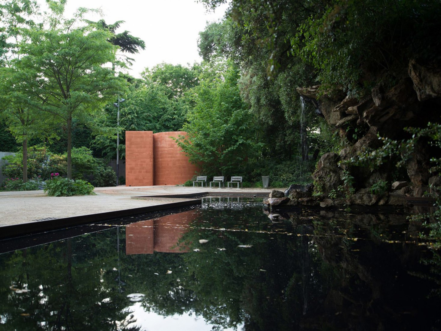 The pavilion Bell by Pezo Von Ellrichshausen and Christian Boltanski in the garden of the Musée d'Art Contemporain du Val-de-Marne in Vitry-sur-Seine. Photograph © Pezo von Ellrichshausen