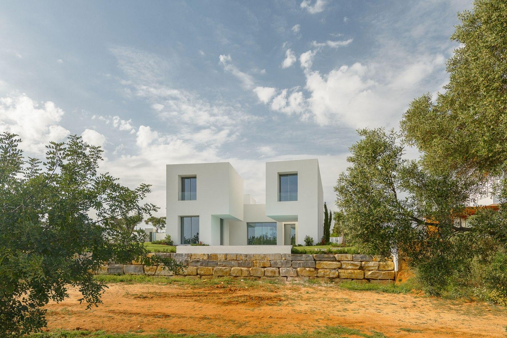 Entre Dos Muros Blancos por Corpo Atelier. Fotografía © Ricardo Oliveira Alves.