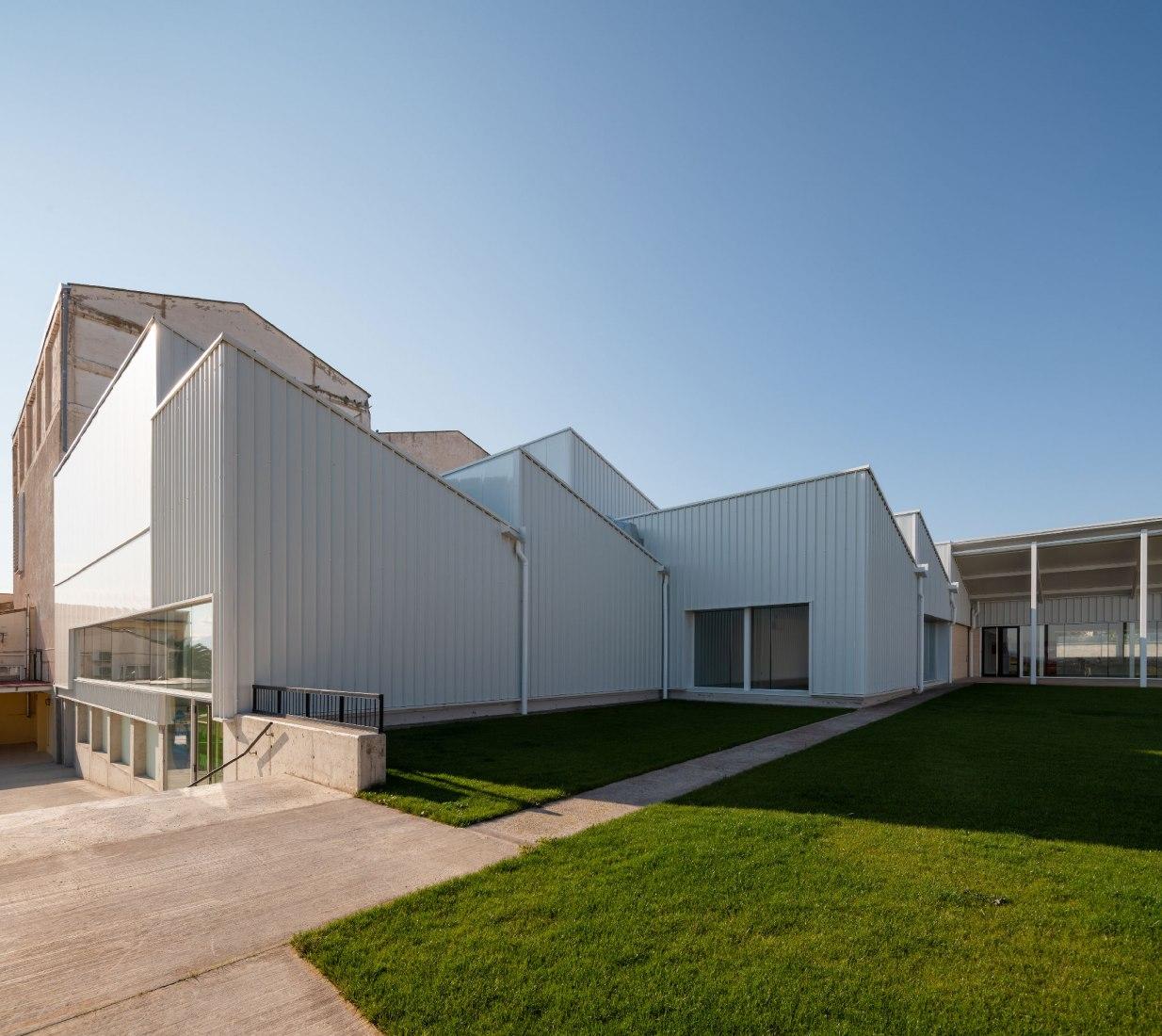 Sports Pavilion by Blasco Esparza Arquitectos. Photograph by Pedro Pegenaute