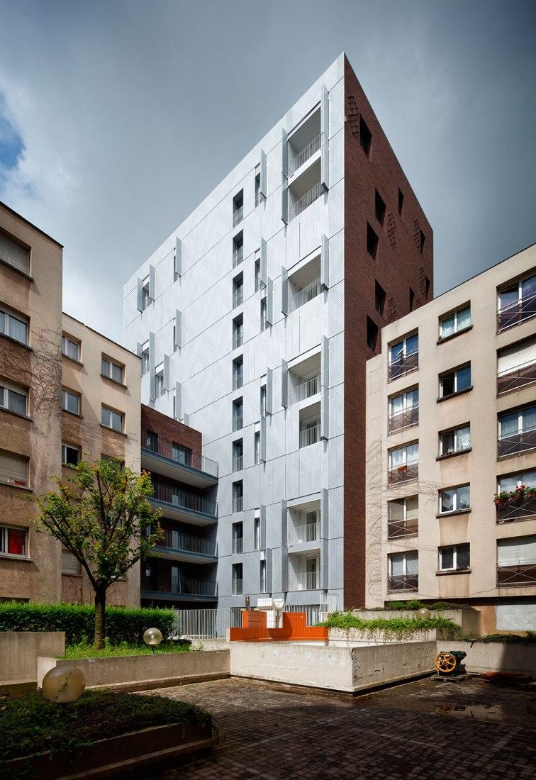 Fachada trasera a patio. 38 viviendas sociales por Avenier Cornejo. Fotografía © Takuji Shimmura