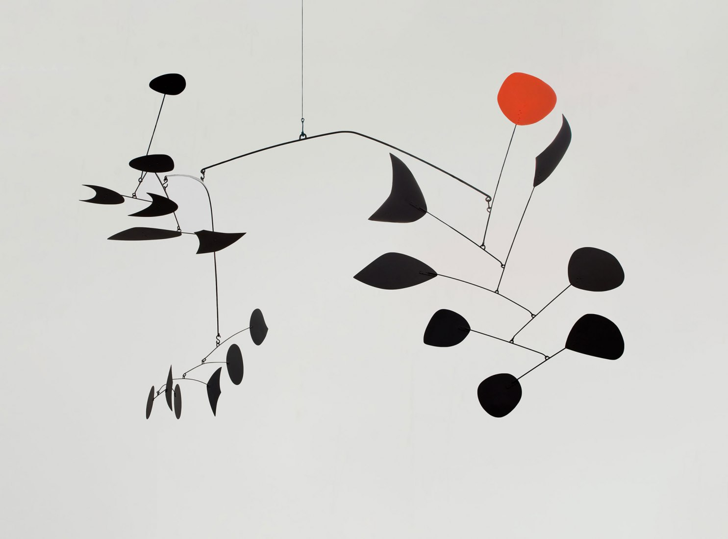 Alexander Calder. Rouge triomphant, 1963 Sheet metal, rod, wire, and paint 110 x 230 x 180 in. © 2019 Calder Foundation, New York / VEGAP, Santander