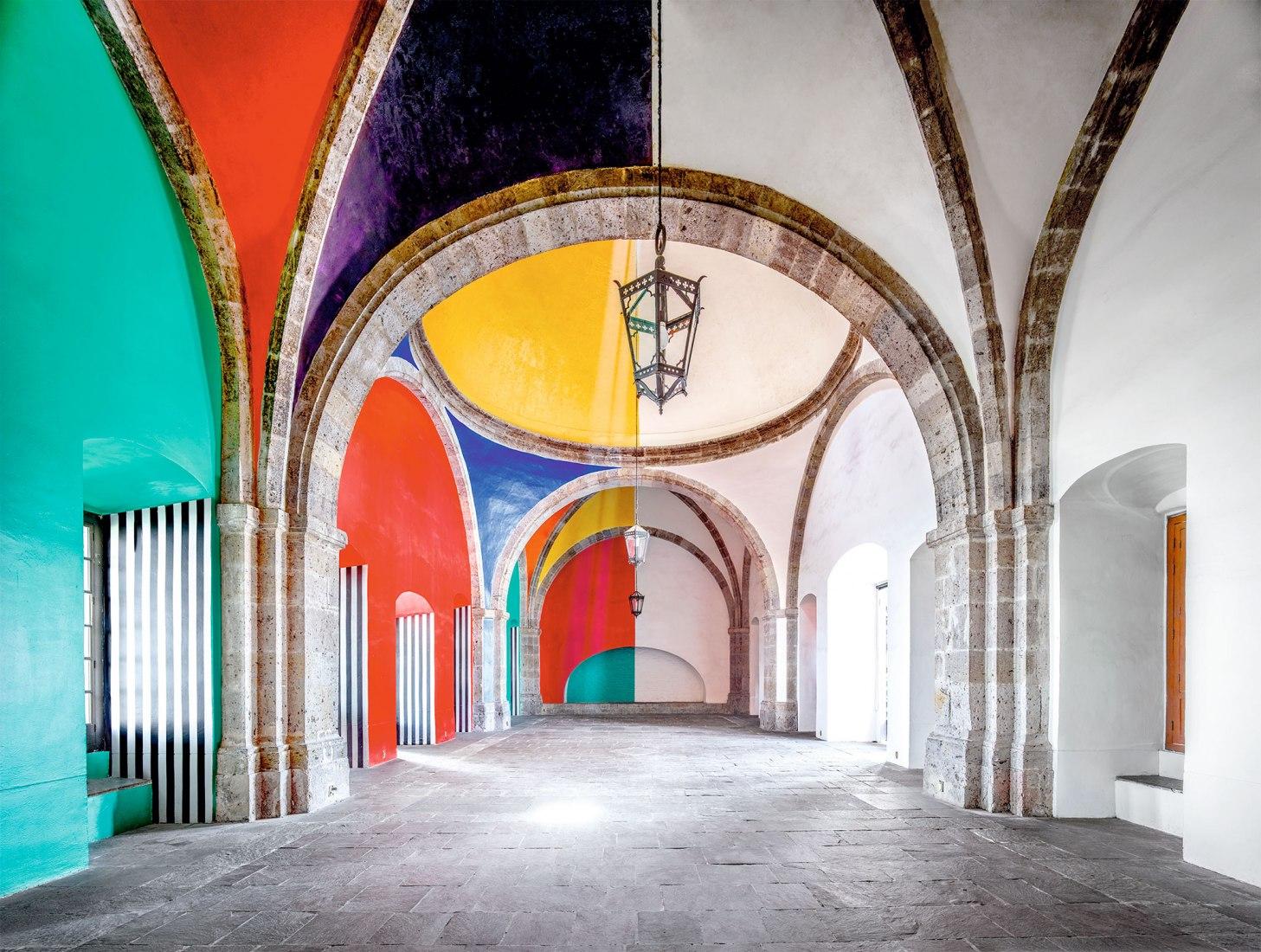 Candida Höfer, Hospicio Cabañas Capilla Tolsá de Daniel Buren, Guadalajara I, 2015. Impresión en color. Imagen cortesía de Sean Kelly, Nueva York